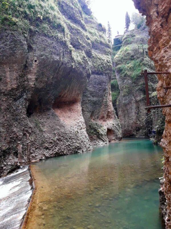 muros-naturales-del-tajo-de-Ronda-vistos-desde-debajo-del-puente-Nuevo