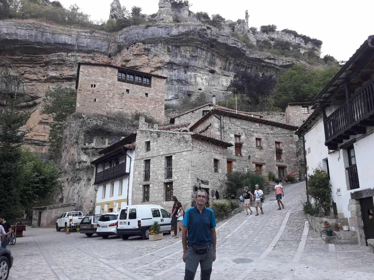 Entrada_a_Orbaneja_bajo_la_ muralla_natural_de_roca