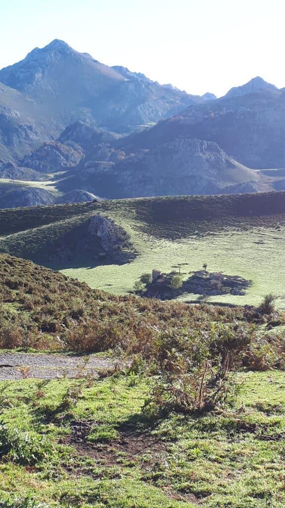 Covadonga_ruta_desde_el_lago_Ercina_hacia_Poncebos