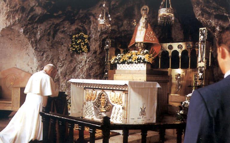 El_Papa_ante_la_imagen_de_la_Virgen_de_Covadonga