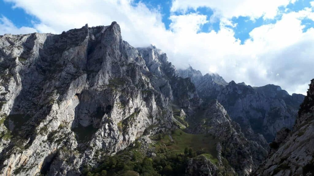 descenso_del_culiembro_picos_de_Europa_macizo_Central_desde_majada_de_Ostón_marcosplanet