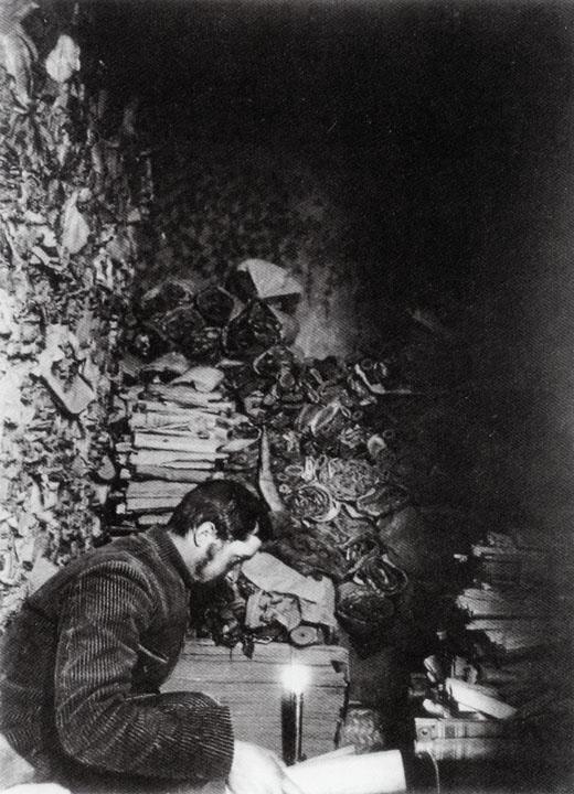Paul_Pelliot_examinando_manuscritos_en_la_cueva_17_de_las_cuevas_de_Mogao_marcosplanet