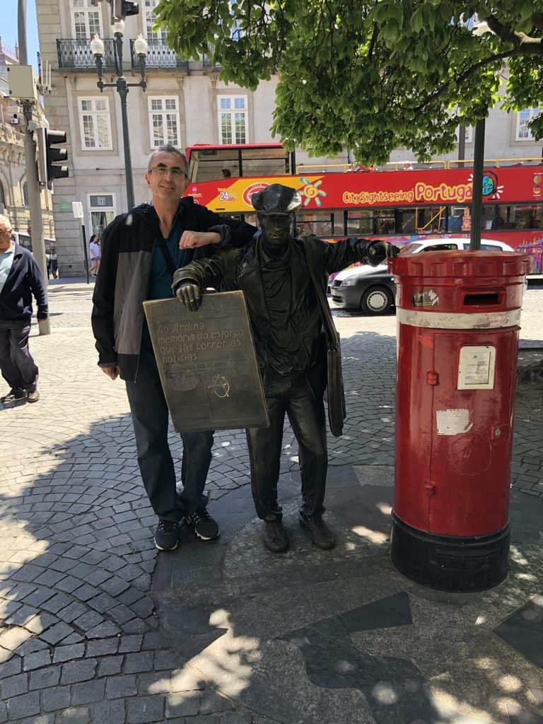 estatua-al-repartidor-de-periódicos-Oporto