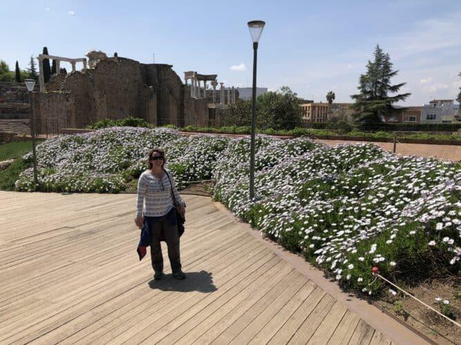 jardines-de-la-parte-posterior-del-escenario-del-teatro-romano-de-merida-peristilo-marcosplanet